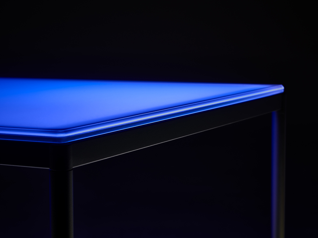 aicci-t1-poydan-valaiseva-lasikansi-sininen-valo